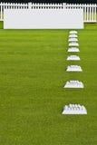 Fila de las bolas de la práctica, tarjetas en blanco de la señalización Imagen de archivo libre de regalías