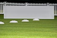 Fila de las bolas de la práctica, tarjetas en blanco de la señalización Fotografía de archivo