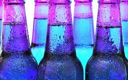 Fila de las botellas de cerveza Fotografía de archivo