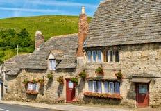 Fila de las cabañas de la piedra caliza en una aldea inglesa imagen de archivo