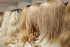 Fila de las cabezas del maniquí con las pelucas Imágenes de archivo libres de regalías