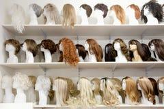 Fila de las cabezas del maniquí con las pelucas Fotos de archivo