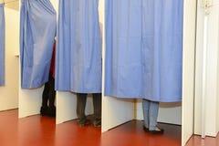 Fila de las cabinas de votación del árbol Imagen de archivo libre de regalías