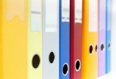Fila de las carpetas de anillo coloridas Fotos de archivo libres de regalías