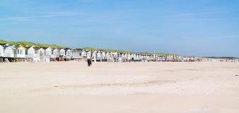 Fila de las casas de playa, Países Bajos Imagen de archivo