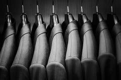 Fila de las chaquetas del traje de los hombres Foto de archivo libre de regalías