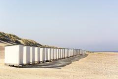 Fila de las chozas blancas de la playa en una playa soleada vacía en la provincia de Zelanda, los Países Bajos fotografía de archivo libre de regalías