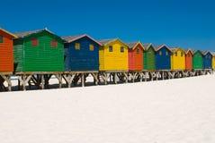 Fila de las chozas coloreadas de la playa Foto de archivo libre de regalías