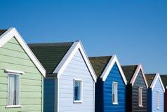 Fila de las chozas coloridas de la playa Fotos de archivo