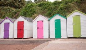 Fila de las chozas coloridas de la playa Fotografía de archivo