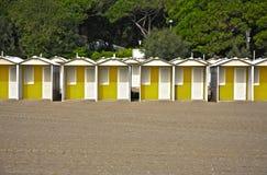 Fila de las chozas coloridas de la playa en una playa arenosa Imagen de archivo libre de regalías