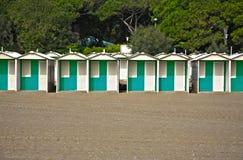 Fila de las chozas coloridas de la playa en una playa arenosa Fotografía de archivo libre de regalías