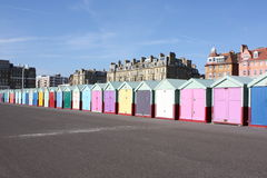 Fila de las chozas de la playa en el borde de la carretera (Brighton, Reino Unido) Imagen de archivo libre de regalías