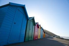 Fila de las chozas de madera coloridas de la playa en Whitby Fotografía de archivo