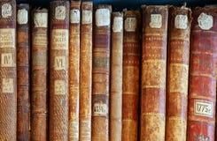 Fila de las espinas dorsales 2 de la cubierta de libros viejos Imágenes de archivo libres de regalías