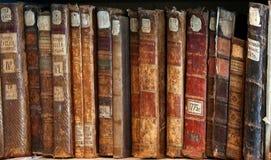 Fila de las espinas dorsales 3 de la cubierta de libros viejos Fotos de archivo