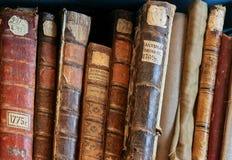 Fila de las espinas dorsales de la cubierta de libros viejos Fotografía de archivo