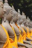 Fila de las estatuas de Buda en Ayutthaya fotos de archivo