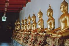 Fila de las estatuas de buddha fotos de archivo