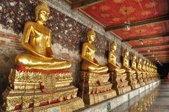 Fila de las estatuas de oro de buddha Imagenes de archivo