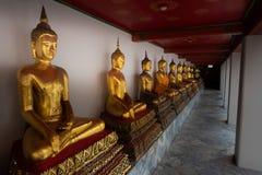 Fila de las estatuas de oro Wat Pho Palace Thailand Bangkok de Buda imagen de archivo