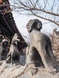Fila de las estatuillas de piedra del tejado en el templo de Huayan en el Lao de la montaña Fotografía de archivo