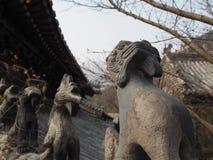 Fila de las estatuillas de piedra del tejado en el templo de Huayan en el Lao de la montaña Fotos de archivo