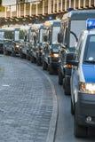 Fila de las furgonetas de policía Imagenes de archivo
