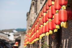 Fila de las linternas chinas que cuelgan en un edificio Fotografía de archivo libre de regalías