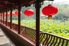 Fila de las linternas chinas que cuelgan en un puente tradicional chino Fotografía de archivo libre de regalías