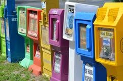 Fila de las máquinas expendedoras del periódico Fotos de archivo