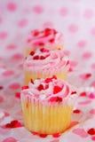 fila de las magdalenas del día de tarjetas del día de San Valentín fotos de archivo libres de regalías