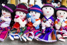 Fila de las muñecas de trapo en ropa tradicional, Ecuador fotografía de archivo