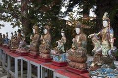 Fila de las pequeñas estatuas coloutful de Buda en jardines en Wat Phra That Doi Suthep imagen de archivo