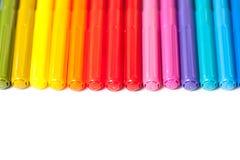 Fila de las plumas de extremidad de fieltro coloridas Imagen de archivo