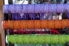 Fila de las pulseras coloridas del hilo en mercado de la joyería Imagen de archivo