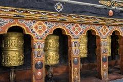 Fila de las ruedas de rezo en Tashichho Dzong, Timbu, Bhután Fotografía de archivo libre de regalías