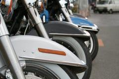 Fila de las ruedas delanteras de la motocicleta Foto de archivo libre de regalías