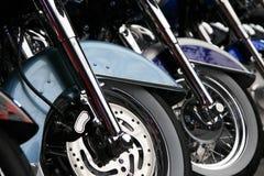 Fila de las ruedas delanteras de la motocicleta Imagenes de archivo