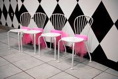 Fila de las sillas blancas con las cintas rosadas Fotos de archivo libres de regalías
