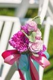 Fila de las sillas blancas en una ceremonia de boda lujosa con la decoración floral en día soleado caliente Imágenes de archivo libres de regalías