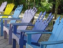 Fila de las sillas de Adirondack Foto de archivo