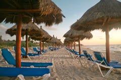 Fila de las sillas de playa Imágenes de archivo libres de regalías
