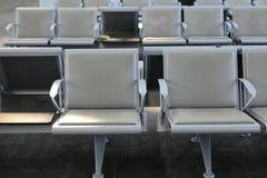 Fila de las sillas en el aeropuerto foto de archivo libre de regalías