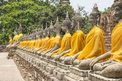 Fila de las situaciones de Buda en el templo de Wat Yai Chai Mongkol en Ayutthaya cerca de Bangkok, Tailandia Fotos de archivo libres de regalías