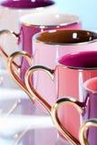 Fila de las tazas de café coloridas Fotos de archivo libres de regalías