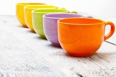 Fila de las tazas de té del color imagen de archivo