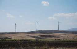 Fila de las turbinas de viento, Puglia Fotografía de archivo