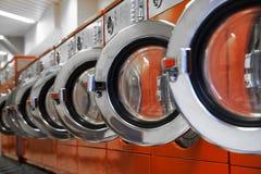 Fila de lavadoras en lavandería imágenes de archivo libres de regalías