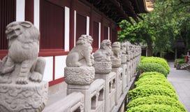 Fila de leones de piedra chinos Foto de archivo libre de regalías